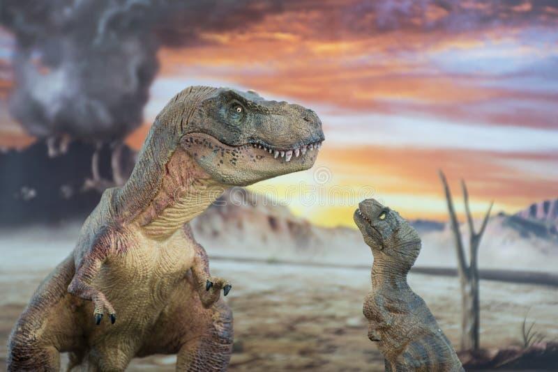 Tyrannosaurus rex met baby t -t-rex met krijtachtig land op de achtergrond stock afbeelding