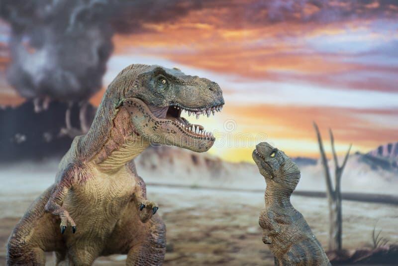 Tyrannosaurus rex met baby t -t-rex met krijtachtig land op de achtergrond stock foto's