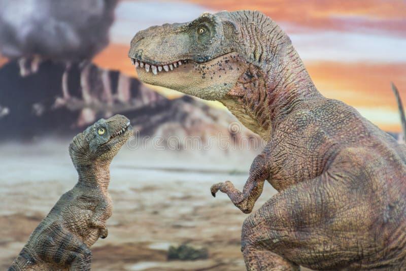 Tyrannosaurus rex met baby t -t-rex met krijtachtig land op de achtergrond royalty-vrije stock foto