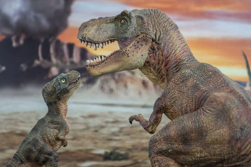 Tyrannosaurus rex met baby t -t-rex met krijtachtig land op de achtergrond royalty-vrije stock afbeeldingen