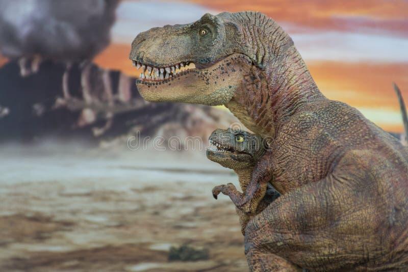 Tyrannosaurus rex met baby t -t-rex met krijtachtig land op de achtergrond royalty-vrije stock foto's