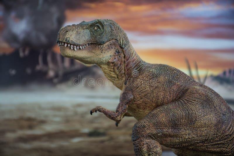 Tyrannosaurus rex met krijtachtig land op de achtergrond royalty-vrije stock afbeelding