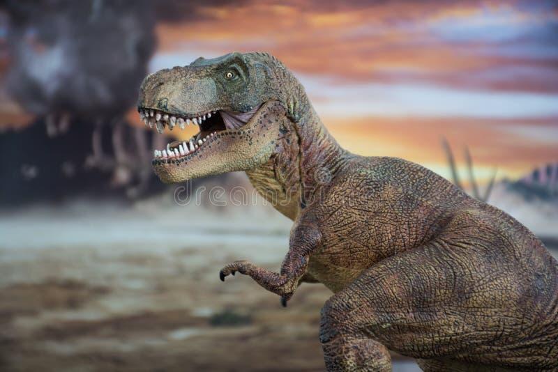 Tyrannosaurus rex met krijtachtig land op de achtergrond stock afbeelding