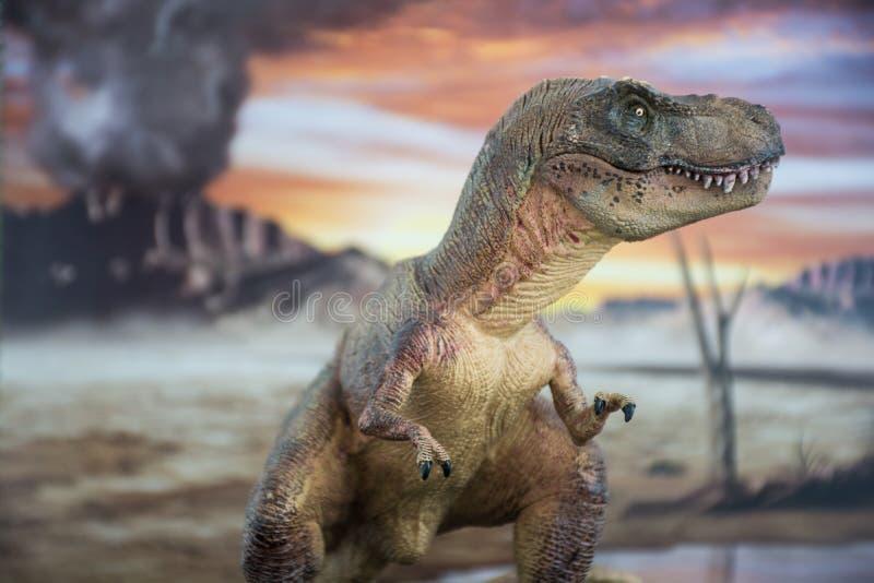 Tyrannosaurus rex met krijtachtig land op de achtergrond royalty-vrije stock afbeeldingen