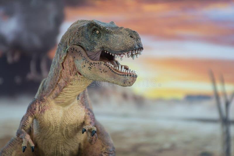 Tyrannosaurus rex met krijtachtig land op de achtergrond stock foto's