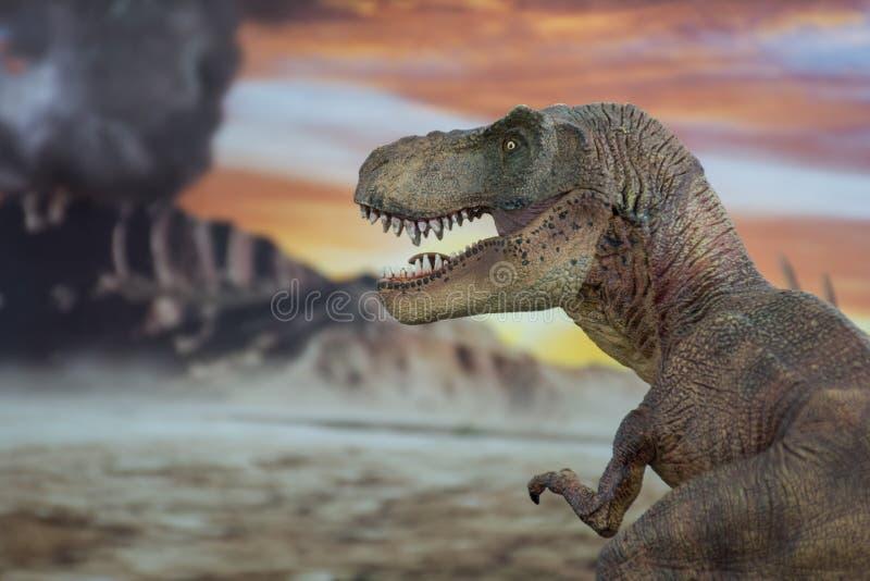 Tyrannosaurus rex met krijtachtig land op de achtergrond stock fotografie