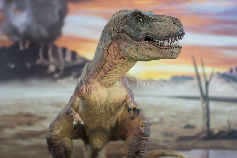 Tyrannosaurus rex met krijtachtig land op de achtergrond royalty-vrije stock foto
