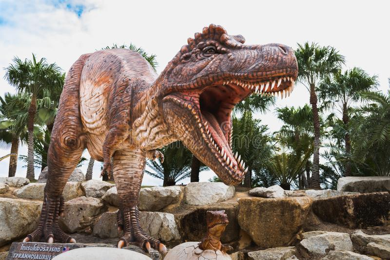 Tyrannosaurusstatue in tropischem botanischem Garten Nong Nooch lizenzfreies stockfoto
