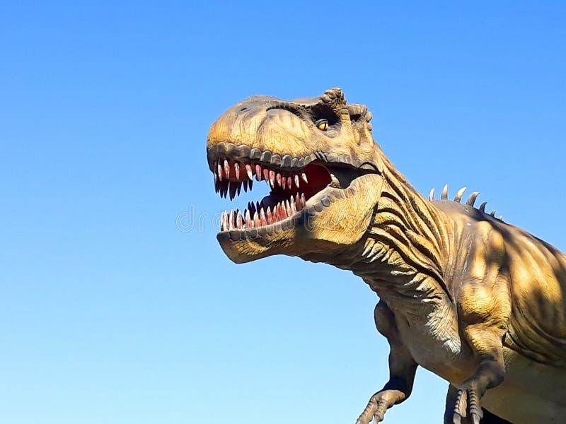 Tyranozaur w rex dinozaur gada dziki park jurajski gotowy do ataku zdjęcia stock