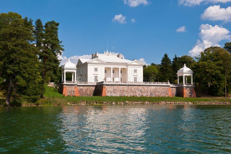 Tyshkevich-Palast durch den See lizenzfreies stockfoto