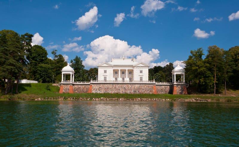Tyshkevich-Palast durch den See lizenzfreie stockfotografie