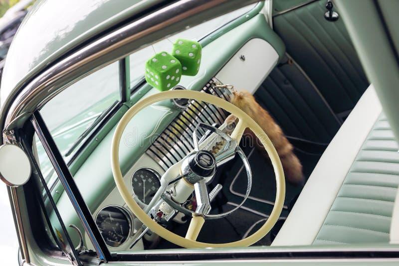Tysiąc dziewięćset pięćdziesiąty Chevy mennicy zieleni Luksusowy wnętrze obraz stock