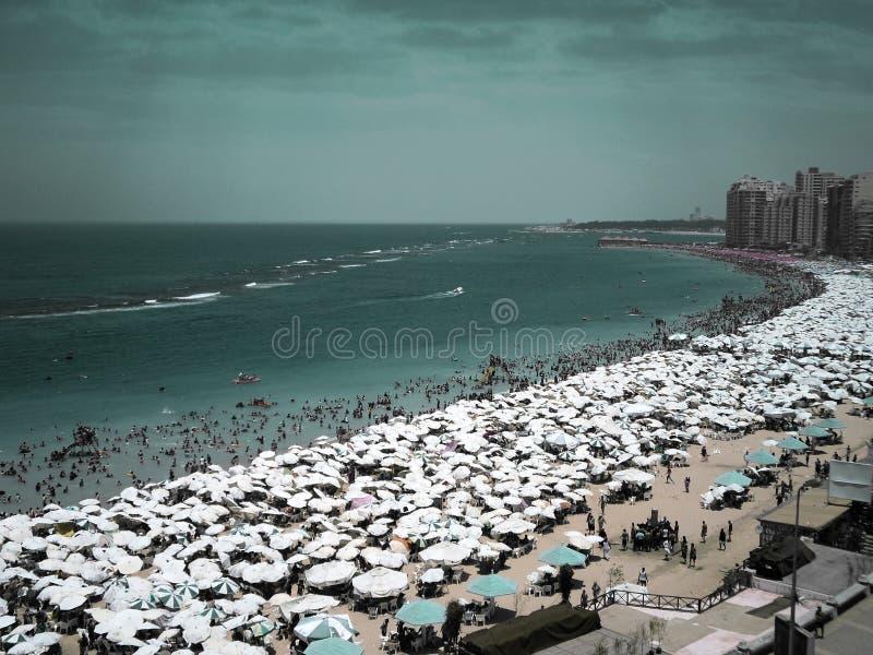 Tysiące parasole i ludzie na plaży w Aleksandria, Egipt zdjęcia stock