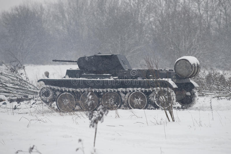Tysk behållare PzKpfw II Ausf D i den snöig skogen för attacken på positionen av den sovjetiska armén Militär-historisk reconst royaltyfria foton