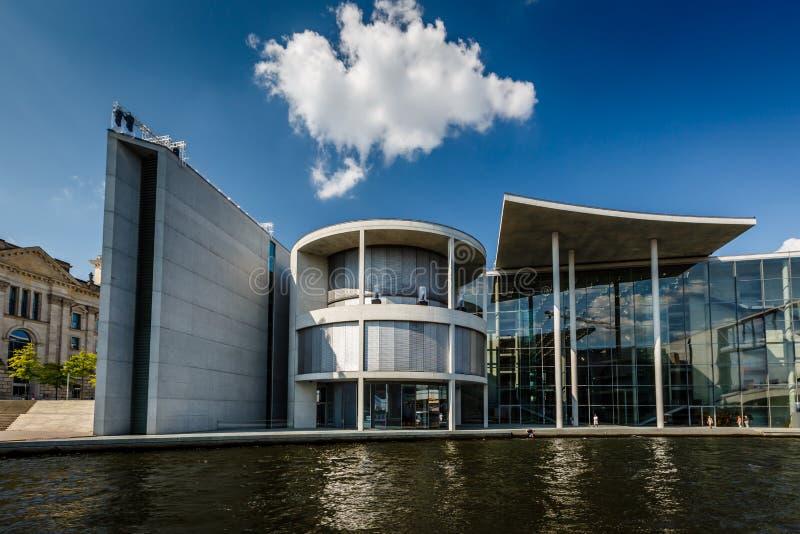 Tysk byggnad för kansli (Bundeskanzleramt) nära Reichstag royaltyfri fotografi