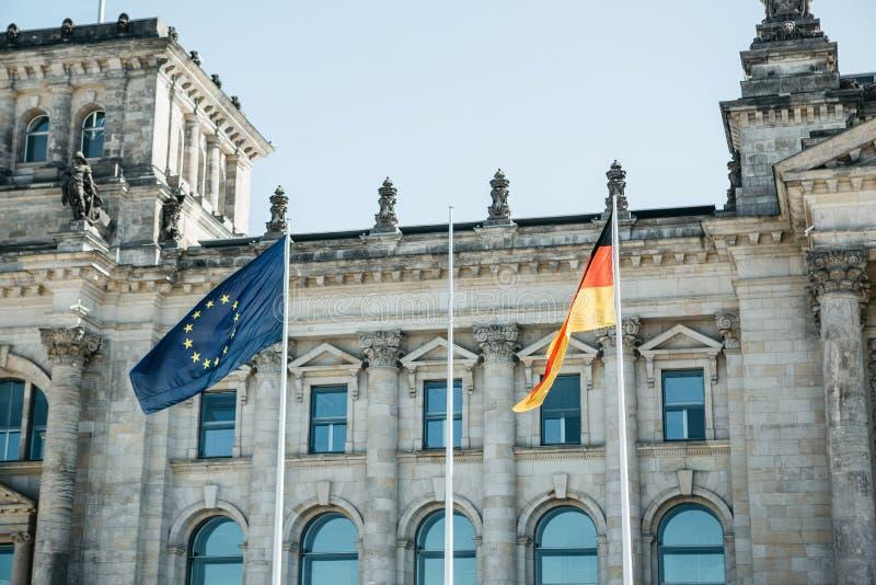 Tysk flagga och EU-flaggan arkivbilder