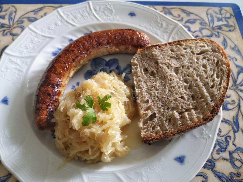 Tysk Franconian bratwurst med surk arkivbild