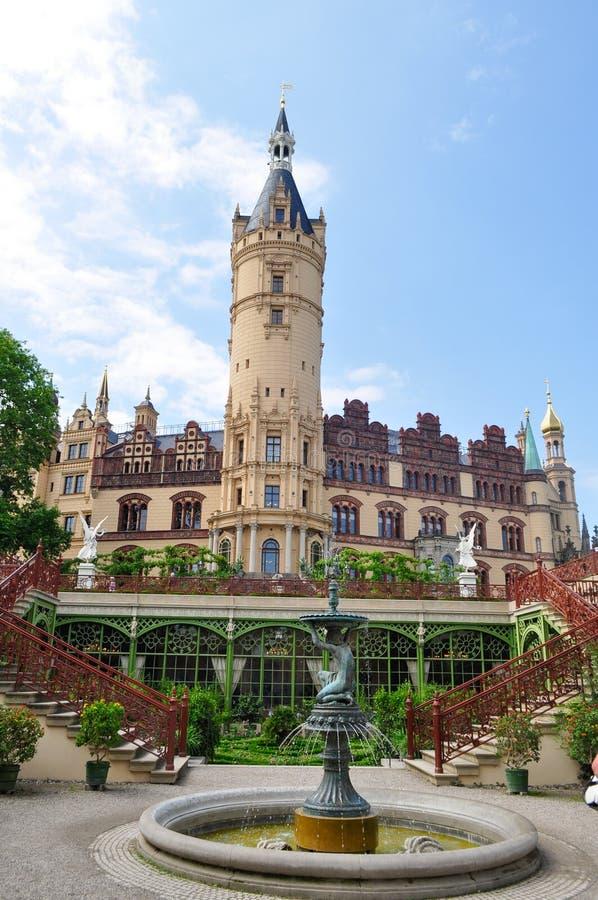 Tysk gammal slott med ett torn royaltyfri fotografi