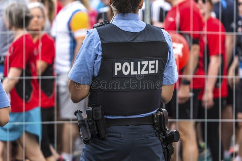 Tysk kvinnlig polis fotografering för bildbyråer