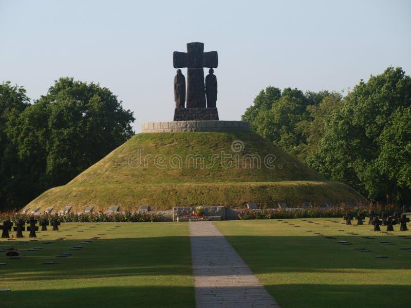 Tysk kyrkogård i La Cambe i Normandie med svarta corosses royaltyfri fotografi