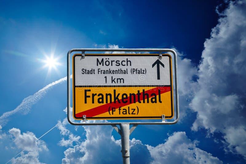Tysk roadsign i Frankenthal Pfalz arkivfoton
