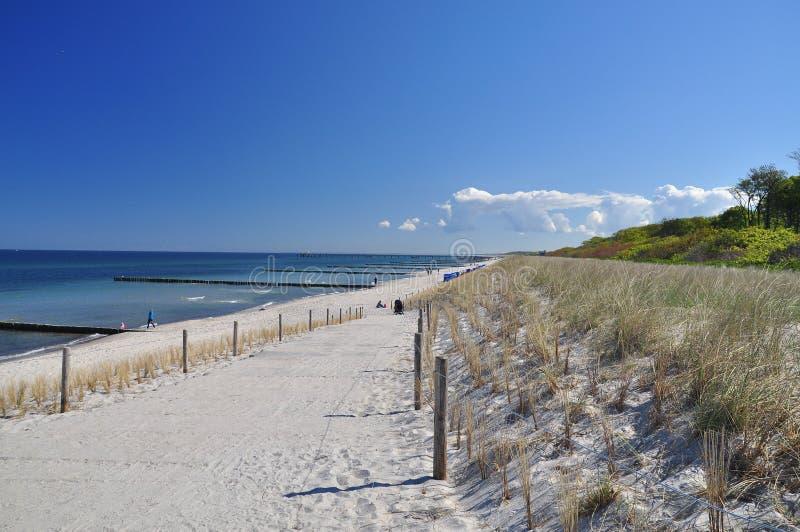 Tysk strand och blå himmel, Fischland Darss som är baltisk royaltyfria foton