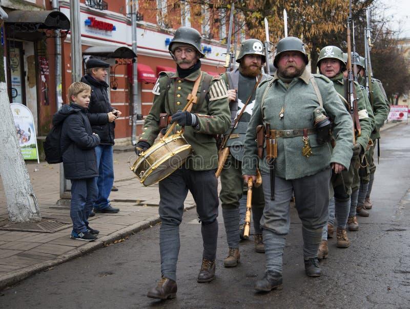 Tysk tjäna som soldat under det första världskriget ståtar på av deltagare av den internationella militär-historiska festivalen royaltyfri foto