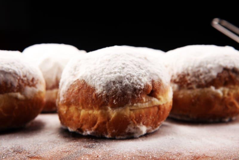 Tyska donuts med driftstopp och florsocker Karneval pudrade socker lyftta donuts arkivbilder