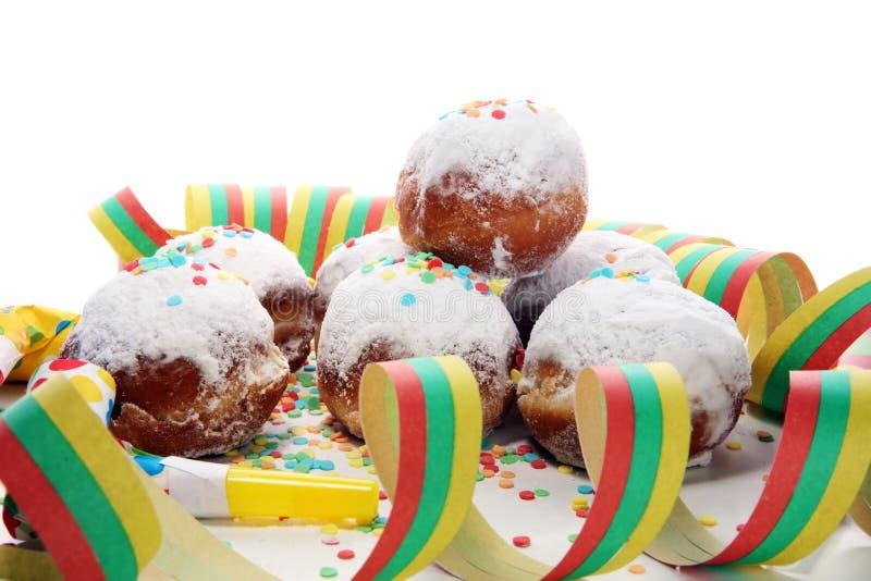 Tyska donuts med driftstopp och florsocker Karneval pudrade socker lyftta donuts arkivfoto