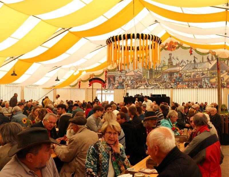 Tyskar som tycker om en festival i Stuttgart, Tyskland royaltyfri foto