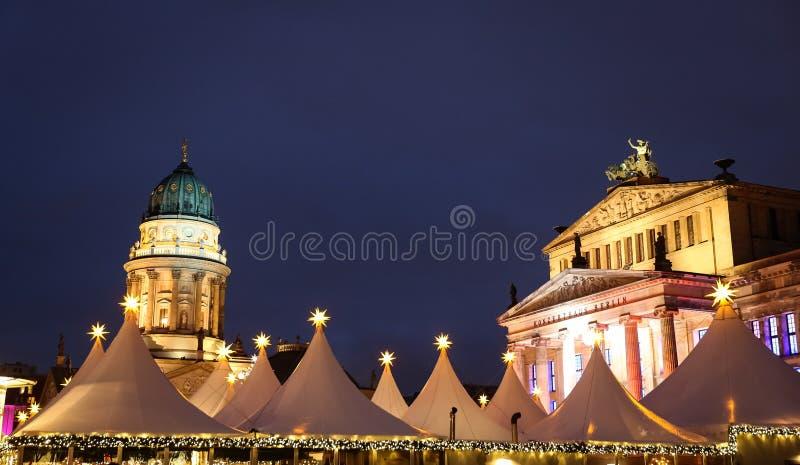 Tyskkyrka in och konsert Hall Gendarmenmarkt, Berlin, tysk royaltyfria foton