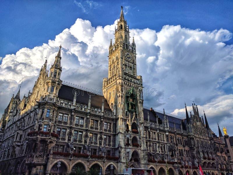 Tyskland Bayern, Munich, Marienplatz Sikt av stadshuset Neues Rathaus i centret av den bayerska huvudstaden med blå himmel fotografering för bildbyråer