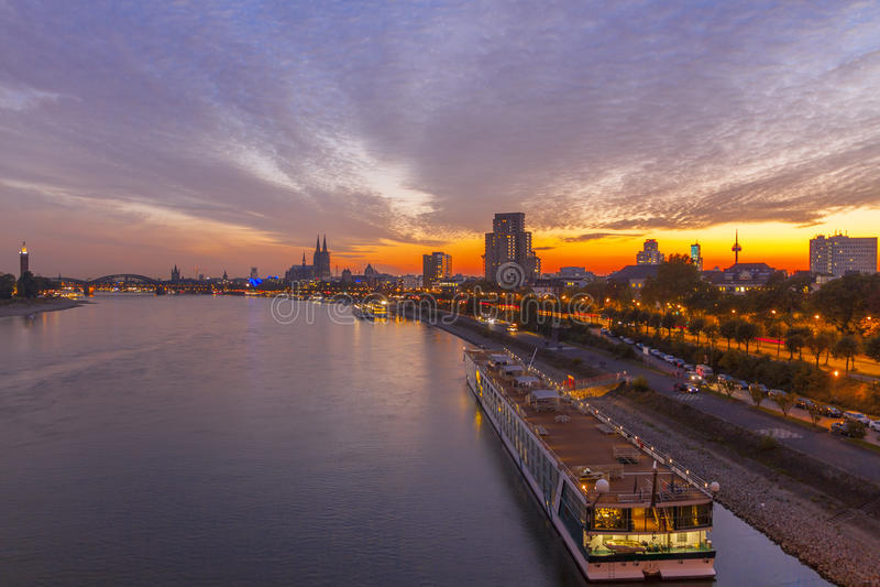 Tyskland Cologne domkyrka, härlig solnedgång Rhinet River, skeppet nära kusten fotografering för bildbyråer