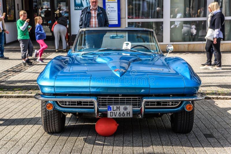 TYSKLAND LIMBURG - APRIL 2017: blåa CHEVROLET CORVETTE C2 KONVERTIBEL CABRIO 1962 i Limburg en der Lahn, Hessen, Tyskland arkivfoton