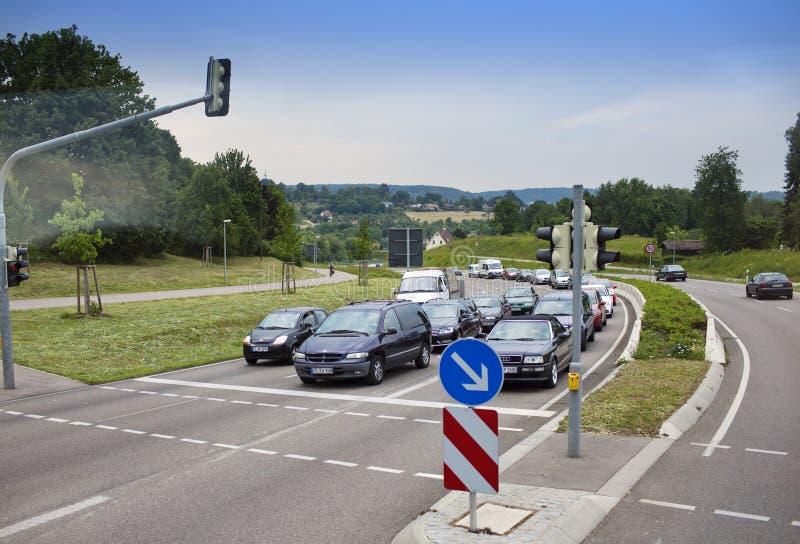 TYSKLAND - Maj 30, 2012: Bilar har stoppat på trafikljuset i landsbygder fotografering för bildbyråer