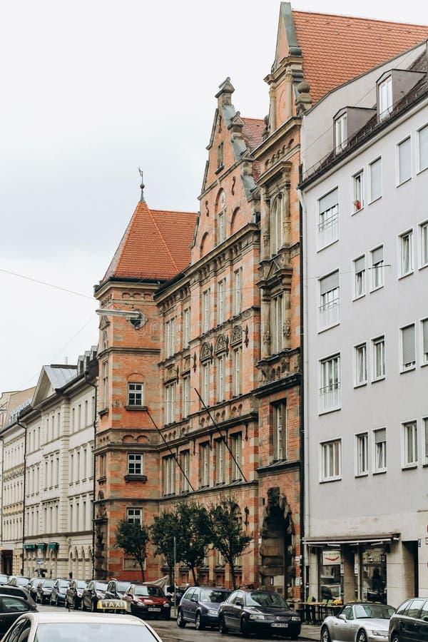 Tyskland Munich - September 01, 2013 Neo gotisk arkitektur Munchen stadsstyrelsenbyggnad eller uppehåll royaltyfria bilder
