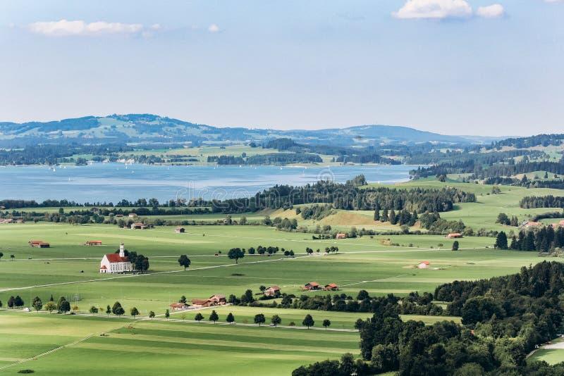 Tyskland Munich - September 06, 2013 Sikt av den bayerska lantliga dalen från över Tyska sjöar från över Lantligt landskap in royaltyfri fotografi