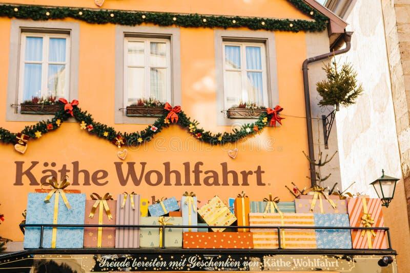 Tyskland Rothenburg obder Tauber, December 30, 2017: Den Kathe Wohlfahrt Christmas garneringar och leksaken shoppar En populär le royaltyfri fotografi