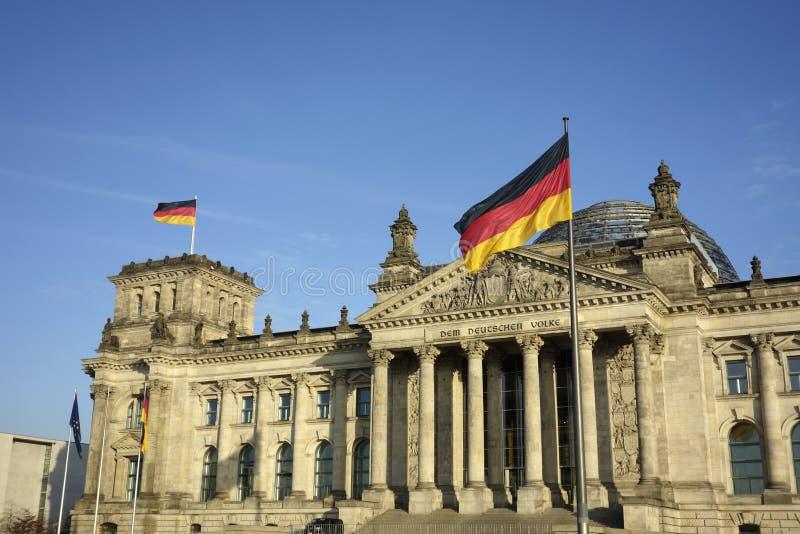 Tysklandflagga på Reichstag som bygger Berlin fotografering för bildbyråer