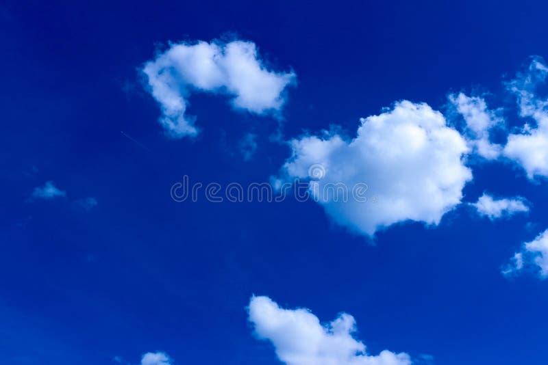 Tysklandhimmel som är mulen med moln, blå himmel med svimmade och skingrade moln royaltyfria foton