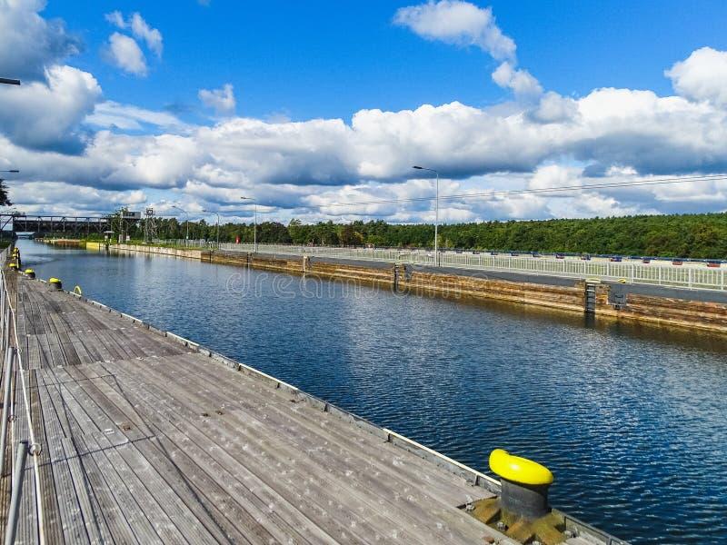 Tysklandsikt till kanalen av den forntida skeppelevatorn av niederfinoen royaltyfri bild
