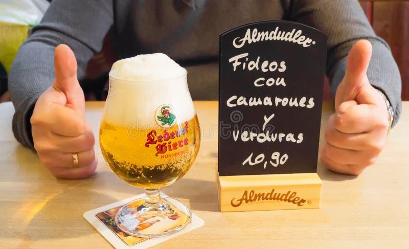 Tyskt öl i kafét Nuremberg, Tyskland arkivfoto