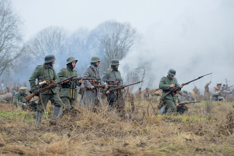 Tyskt infanteri under den första världen kommer under attack Internationell militär-historisk festival`-inbördeskrig i Ryssland N arkivfoton