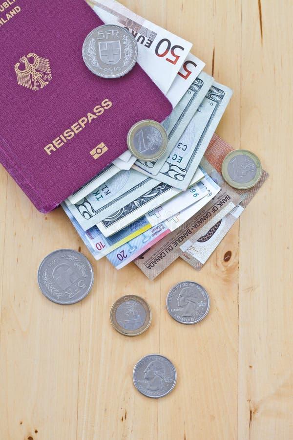 Tyskt pass och olika valutor royaltyfri bild
