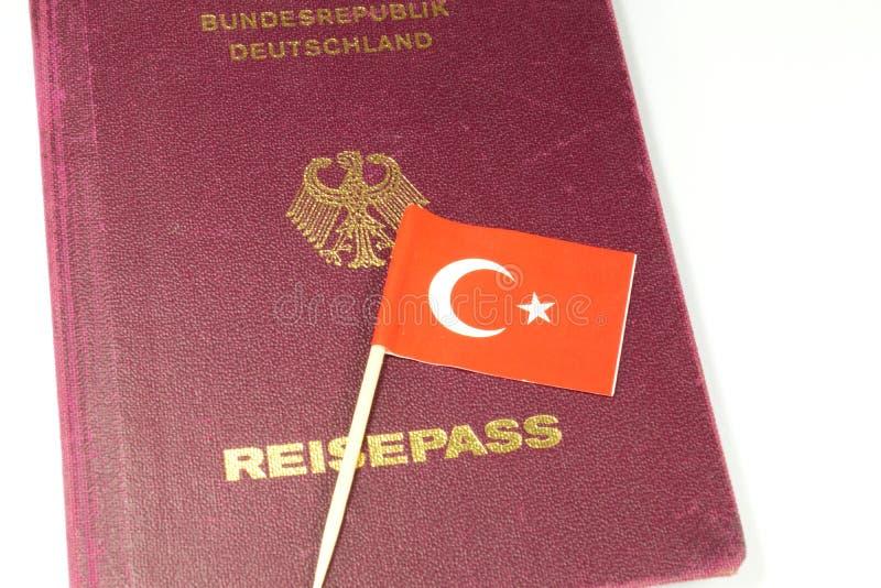 Tyskt pass och turkisk flagga royaltyfria foton