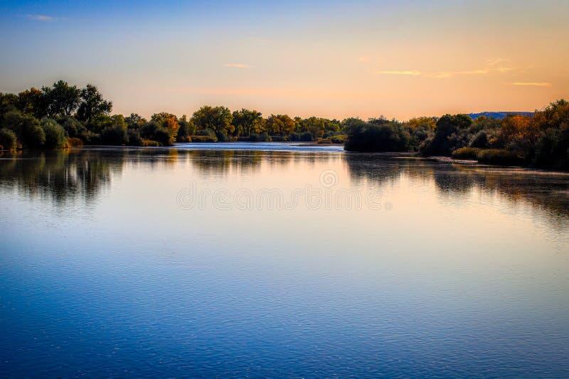 Tyst ensamhet på floden royaltyfria foton
