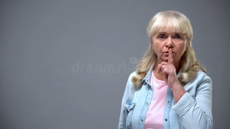 Tyst gest f?r olycklig ?ldre kvinnlig visning p? kameran, skambegrepp, f?rdom fotografering för bildbyråer