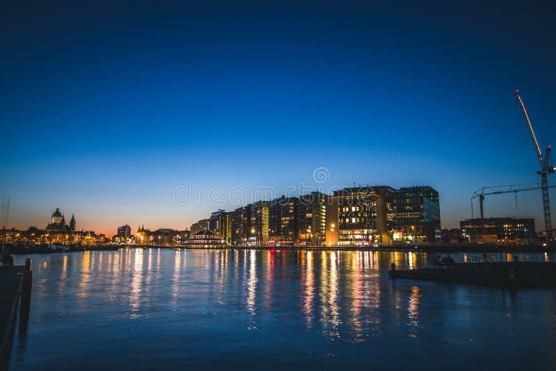 Tyst hamn i Amsterdam, Nederländerna på solnedgången arkivbild