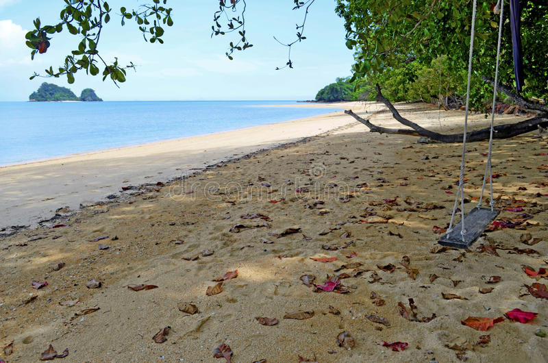 Tyst liten strand på den Yao Noi ön, Thailand arkivfoton