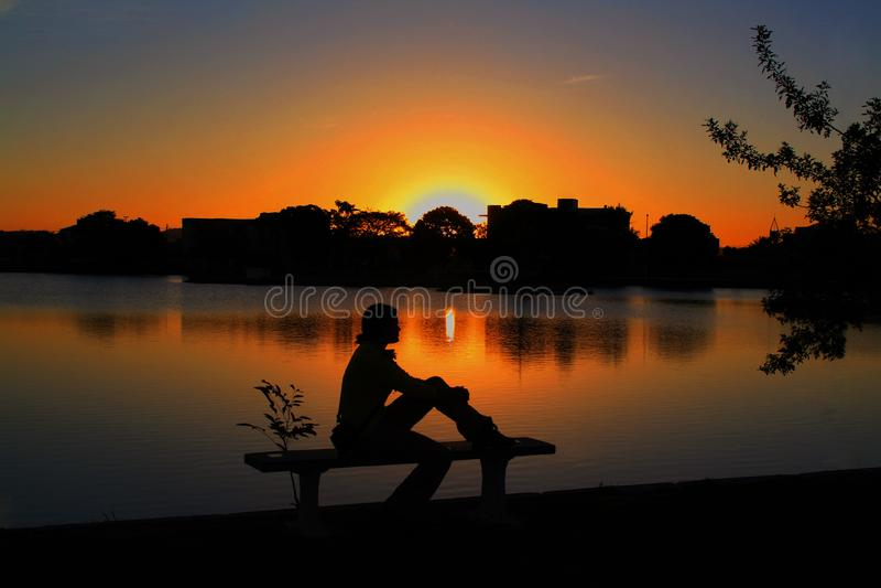 Tyst meditation på skymning i lagun royaltyfri foto